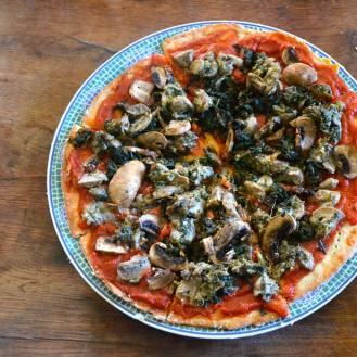 pizza sauvage, sauce tomates séchées / cynorhodons, poêlée de berce et de champignons