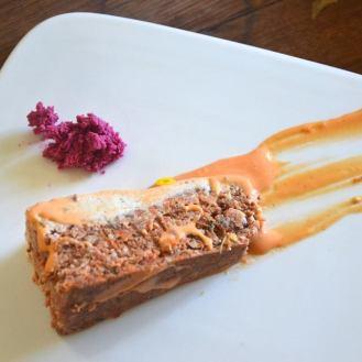 carrot cake cru aux épices sauvages, glaçage au cynorhodons