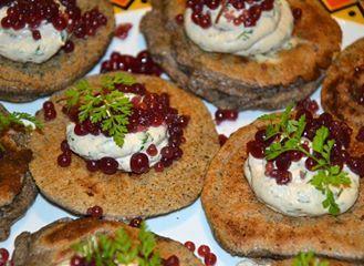 blinis de sarrasin, caviar au porto et au bouillon de plantes sauvages